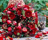 Gerbera wreath, ornamental apples (Malus), Erica and ivy (Hedera)
