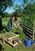 Aufbau eines Kompostes 7. Step: Schnittgut ausbringen 7/8