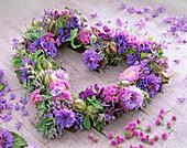 Herz aus blauen und rosa Blüten: 2/2