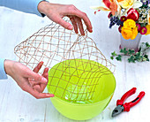 Spring arrangement with wire mesh as a plug-in aid