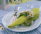 Napkin ring from Argyranthemum, Alchemilla