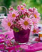 Strauß aus rosa Chrysanthemum coccineum (Margeriten), Aquilegia (Akeleien)