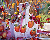 Wooden basket with napkin 'apple'