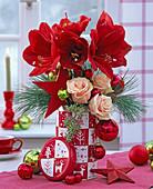 Strauß aus Hippeastrum 'Red Lion' (Amaryllis), Rosa (Rosen), Pinus (Kiefer)