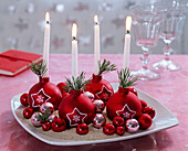 5-minute Advent wreath made of red Christmas baubles