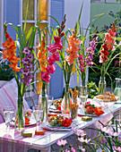 Sträuße aus Gladiolus (Gladiolen) und Miscanthus (Chinaschilf)