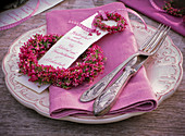 Small wreath with Erica, menu sign on napkin, cutlery