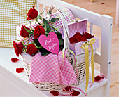 Picnic basket with rose, heart-shaped shield 'Palpitations'