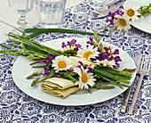 Napkin Decoration with Leucanthemum, Salvia