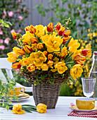 Strauß aus Tulipa (Tulpen), Narcissus (Narzissen), Carpinus (Hainbuche)