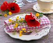 Napkin decoration with papaver, ranunculus and grasses