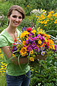 Woman with a bouquet of Erigeron (fine beam), Heliopsis