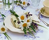 Napkin decoration with a leucanthemum bouquet