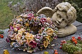 Angel bust with wreath made of pink (rose), hydrangea (hydrangea)