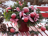 Weihnachtlicher Strauß mit Abies (Tanne), Pinus (Seidenkiefer)