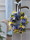 Door wreath from Primula, Narcissus 'Bridal Crown'