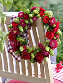Late summer wreath with hops, roses and summer easter