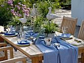 Maritime Tischdekoration mit Carex morrowii