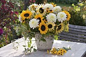 White-yellow bouquet with Helianthus 'autumn beauty', Dahlia