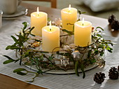 Advent wreath with wool and mistletoe