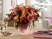 Weihnachtlicher Strauß aus Rosa (Rosen), Zimtstangen, Pinus (Kiefer)
