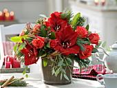 Roter Weihnachtsstrauß : Hippeastrum 'Red Lion' (Amaryllis), Rosa 'Rockstar'