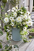 Green-white bouquet with Humulus (hops), Dahlia 'My Love'