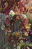 For drying suitable wreath on the fence