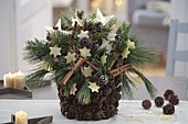 Decorate a flower pot with moss and pine cones yourself