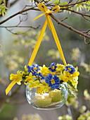 Einmachglas als Windlicht mit Kränzchen aus Acacia (Mimose), Primula