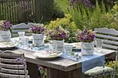 Sommerliche Tischdeko mit Wiesenblumen
