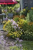 Staudenbeet and terrace at the garden house
