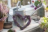 Herz aus Calluna vulgaris (Knospenbluehender Besenheide) am Fenster