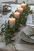 Ungewoehnlicher Adventskranz aus einer Girlande mit 4 Kerzen