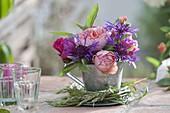 Kleiner Strauss mit Blüten von Rosa (Rosen), Centaurea montana