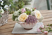 Kleines Gesteck aus Rosa (Rosen) und Achillea Desert Eve 'Rose' 'Cream'