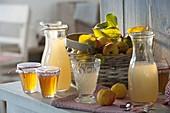 Gelee, Saft und Früchte von essbaren Zierquitten (Chaenomeles japonica)