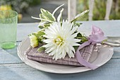 Dahlia 'My Love' and white-colored sage 'Rotmühle'