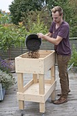 Build rollable raised bed on balcony yourself and plant with herbs