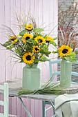 Gelbe Straeusse aus Helianthus (Sonnenblumen) und Miscanthus (Chinaschilf)