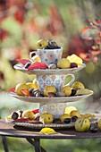 Selbstgebaute Etagere aus Tellern und bunten Tassen dekoriert