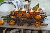Mediterranes Adventsgesteck mit Mandarinen (Citrus), teils mit Nelken