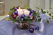 5 minute Advent wreath made of candles and balls on footed cake plate