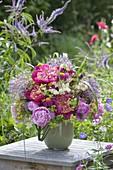 Üppiger Strauss aus Paeonia (Pfingstrosen), Allium (Zierlauch), Filipendula