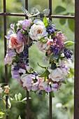Small wreath of rose, lathyrus (vetch), hydrangea