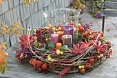 Herbst-Kranz aus Clematis-Ranken, dekoriert mit Blättern von Acer