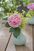 Kleine Vase mit Blüte von Rosa 'Abraham Darby' (Englische Strauchrose