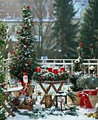 Balkon mit weihnachtlichem Schmuck, Taxus