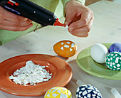 Easter eggs in mosaic pattern – glue egg shells on the painted eggs