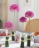 Vase mit Sumpfschachtelhalmen umwickelt und Allium 5/5